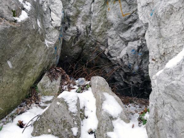 Kadzielnia Kielce - śmieci w jaskini